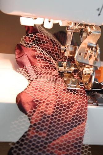 coser flor de tela