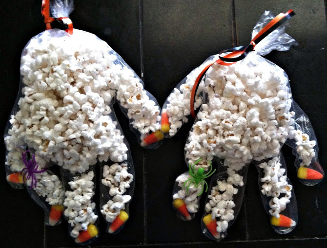 manualidades-de-halloween-sencillas-fantasmas-con-guantes-y-palomitas