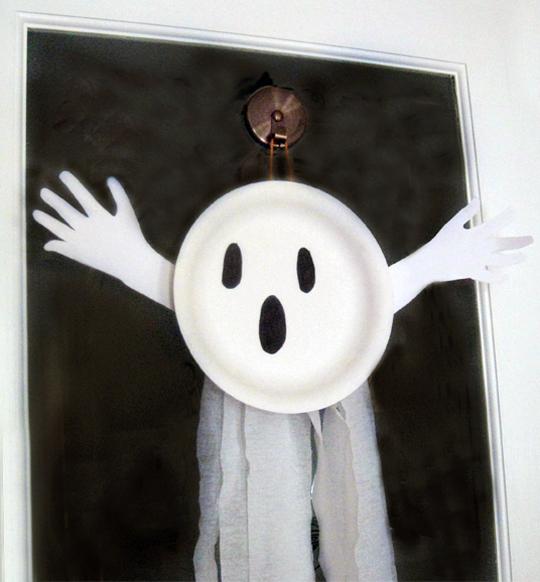 manualidades-de-halloween-sencillas-fantasmas-con-plato-y-papel