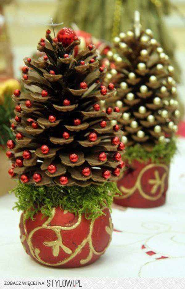 decoracion-navidad-con-pinas-con-bolas-rojas