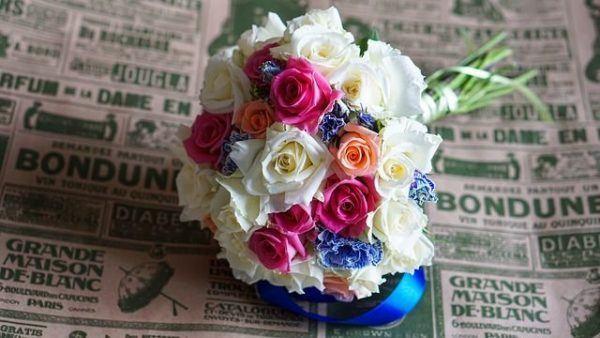 como-hacer-un-ramo-de-novia-flores-de-colores-sobre-periodico