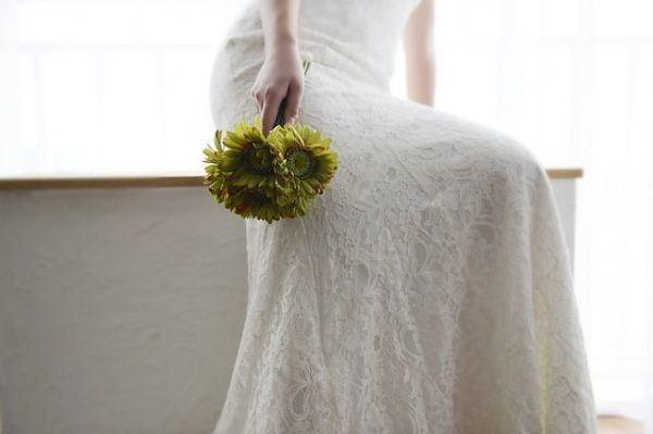 como-hacer-un-ramo-de-novia-novia-sentada-flores
