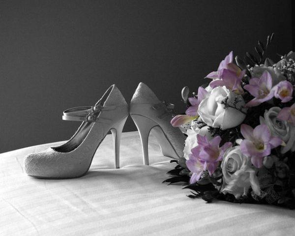 como-hacer-un-ramo-de-novia-sencillo-zapatos-flores