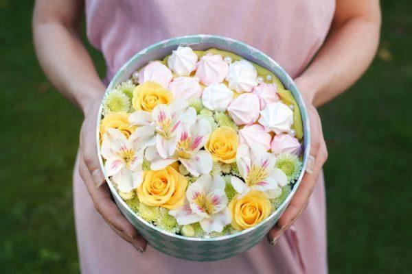 centros-de-mesa-para-comunion-caja-con-flores-istock