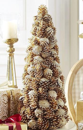 árbol de Navidad con piñas dorado