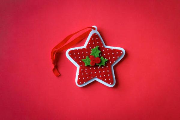 Adornos de navidad con fieltro manualidades faciles 2021 estrella roja blanca