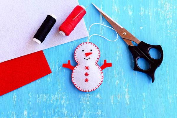 Adornos de navidad con fieltro manualidades faciles 2021 muñeco nieve