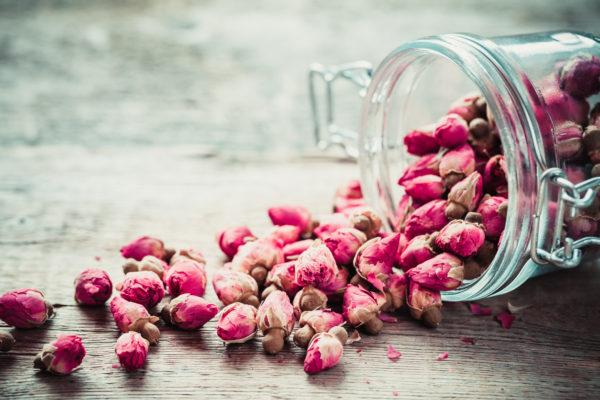 Ideas manualidades con rosas secas frasco rosas pequeñas