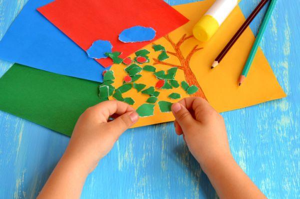 Manualidades para niños dia del arbol de papel pegado sobre dibujo en cartulina