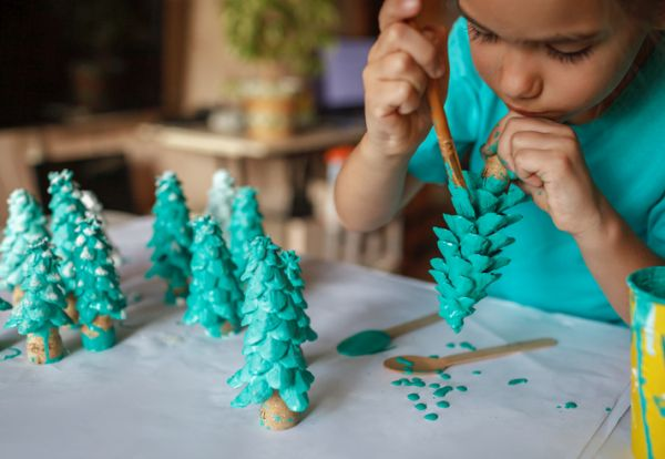 Manualidades para niños dia del arbol pino de rollo de carton pintado