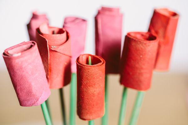 Manualidades para niños dia del arbol ramo de rosas con rollos de papel