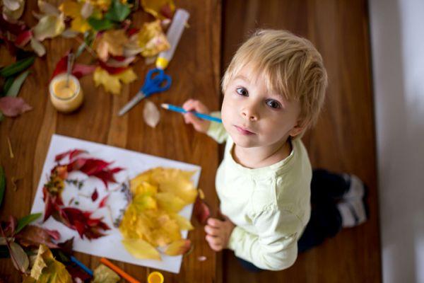 Manualidades para niños dia del arbol retrato con hojas
