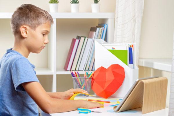 Manualidades para san valentin para ninos corazon poligonal en escritorio de nino