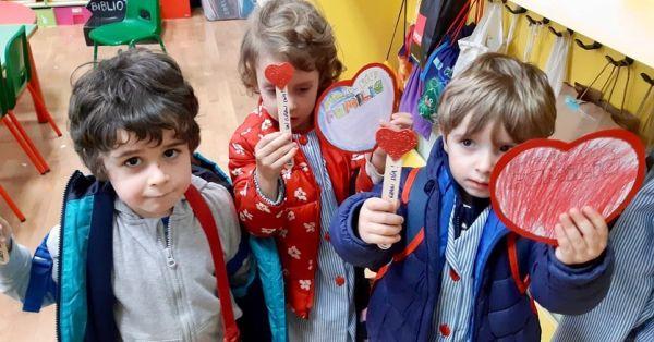 Niños con pasa páginas de corazón