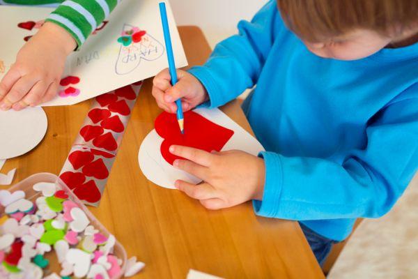 Manualidades para san valentin para ninos nino pintando corazon
