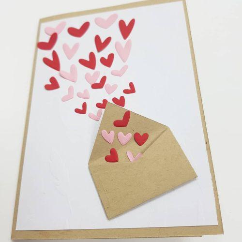 Postal de sobre y corazones