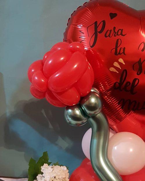 Flor roja con globos