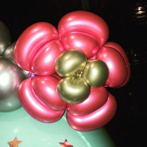 Flor de globos rosa y dorada