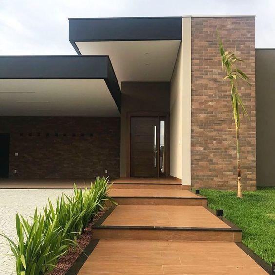 Ideas consejos para hacer fachada casa MODERNA Fachada con colores neutros como blanco y negro, con ladrillos falsos