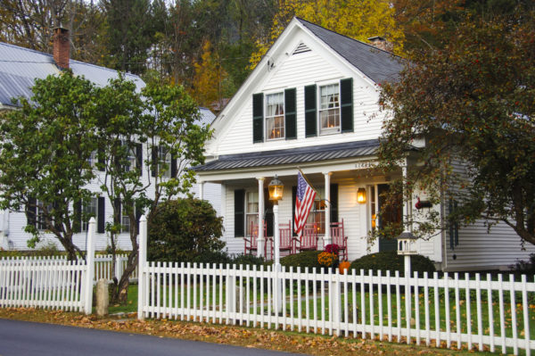 Ideas consejos para hacer fachada casa clásica color blanco jardin