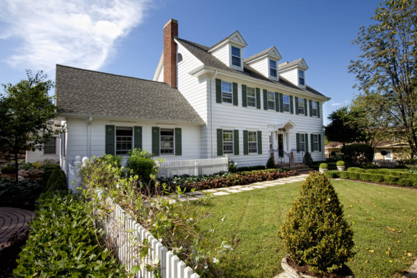 Ideas consejos para hacer fachada casa clásica color blanco neutro