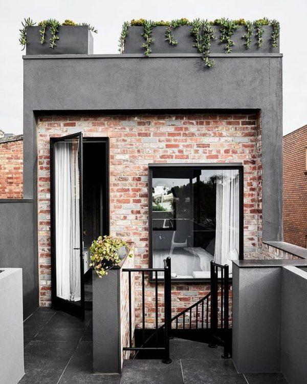Ideas consejos para hacer fachada casa pequena fachada con muro de ladrillo puentas ventanas vidrio negros