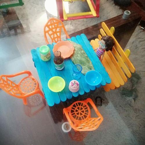 Mesa y banco de picni hechos con palos de helado