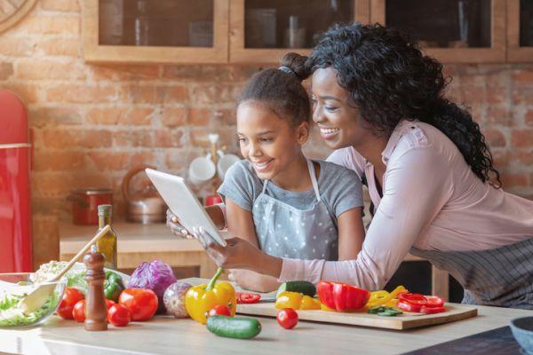 Actividades para celebrar el dia del libro con ninos madre e hija leyendo receta de cocina