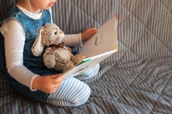 Actividades para celebrar el dia del libro con ninos nina leyendo con peluche