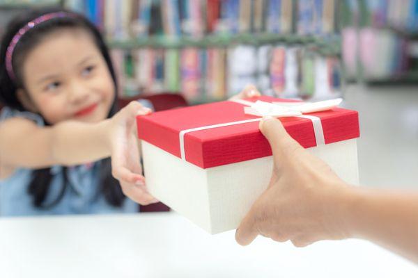 Niña recoge regalo en biblioteca