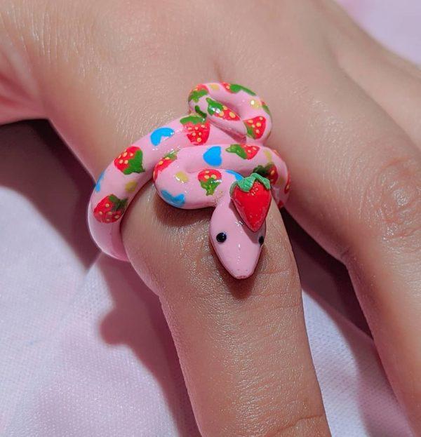 Anillo serpiente rosa fresas