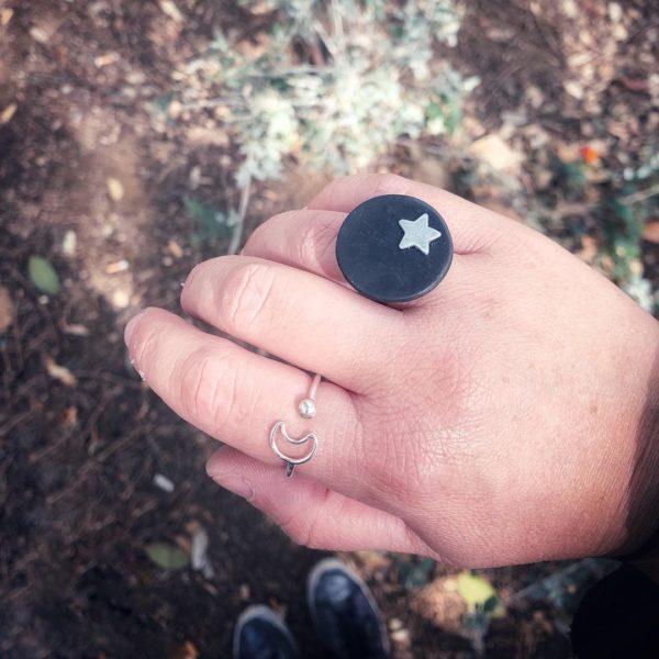Anillo negro con estrella