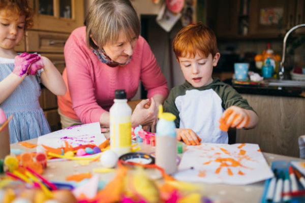 Las mejores ideas de manualidades para personas mayores niños