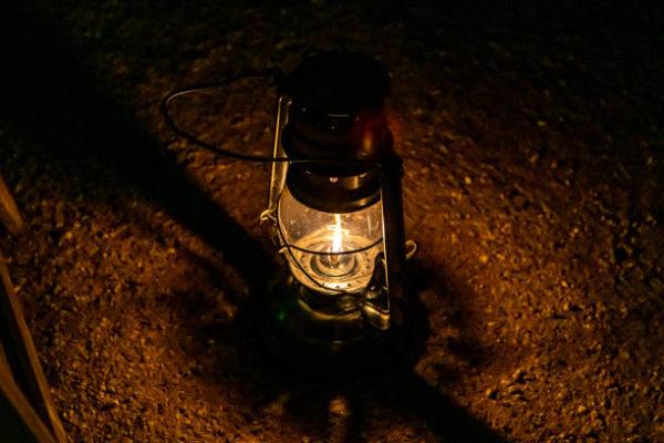 Las mejores ideas para iluminar tu jardin sin contaminar lampara aceite antigua