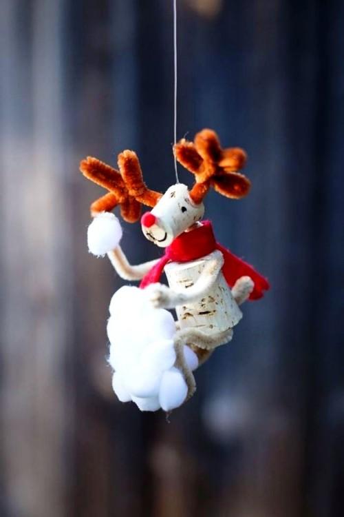 Ideas y consejos para hacer animales con corchos para niños reno colgado