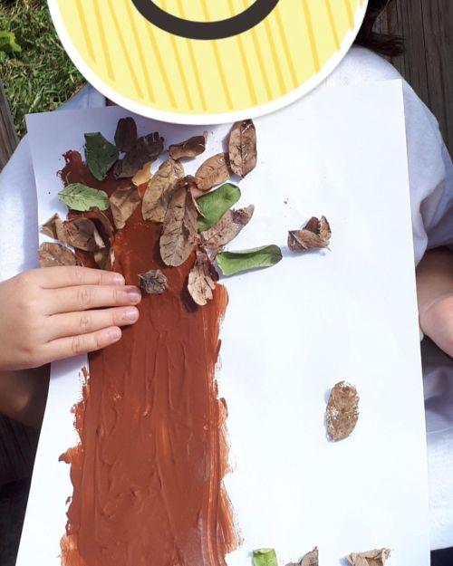 Manualidad de árbol con hojas