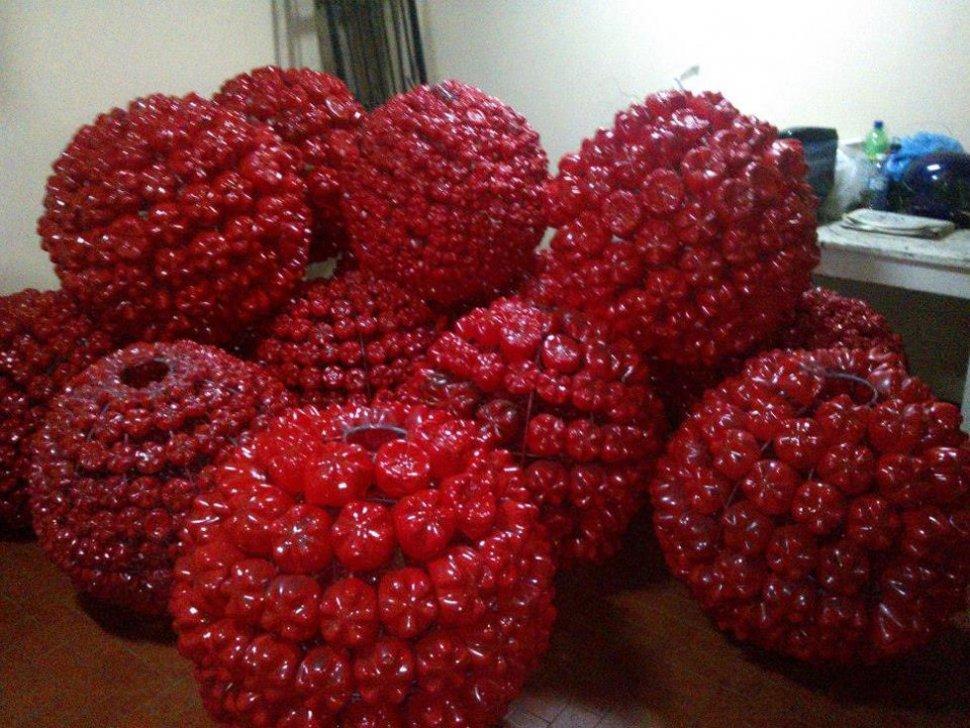 Bolas rojas hechas de plastico reciclado manualidades - Manualidades de bolas de navidad ...