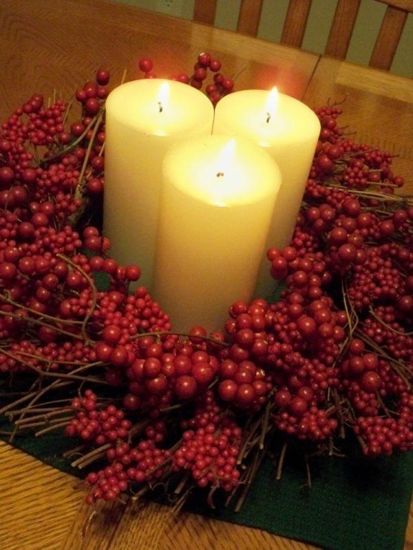 hacer-velas-decorativas-para-navidad-con-frutos-rojos