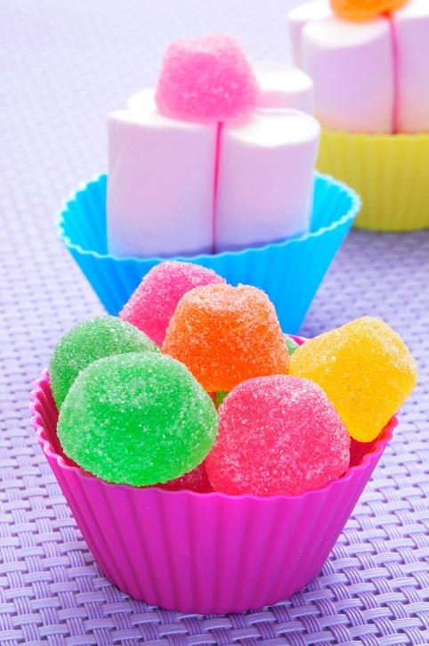 Brochetas de chuches para boda cupcakes