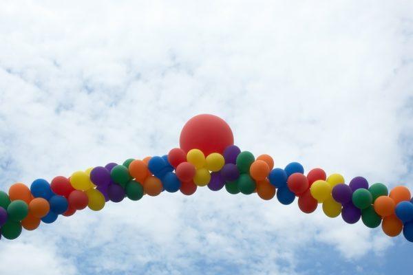 Cómo hacer un arco de globos sin helio