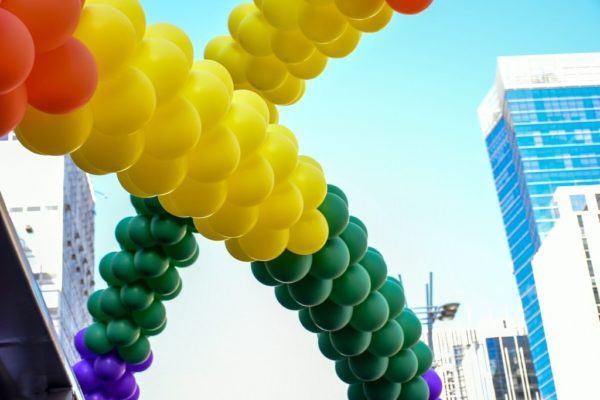 Como hacer un arco de globos de tres colores