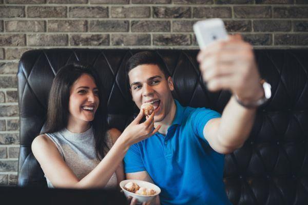 como-hacer-un-photocall-casero-selfie-pareja-comiendo