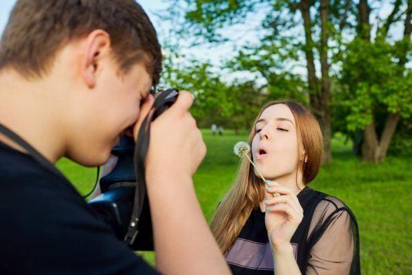 como-hacer-un-photocall-chico-foto-chica-flor-en-parque