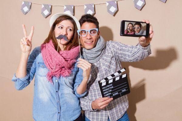 como-hacer-un-photocall-pareja-bigotes-gafas-broma