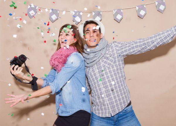 como-hacer-un-photocall-pareja-bromista-foto-fiesta
