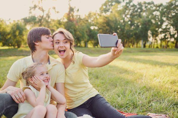 como-hacer-un-photocall-selfie-familia-en-el-campo