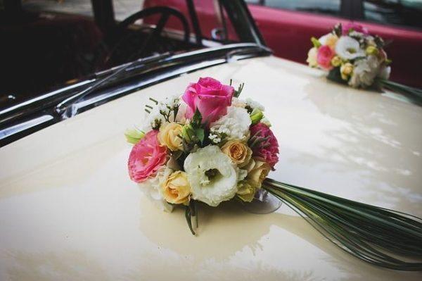 como-hacer-un-ramo-de-novia-flores-coche