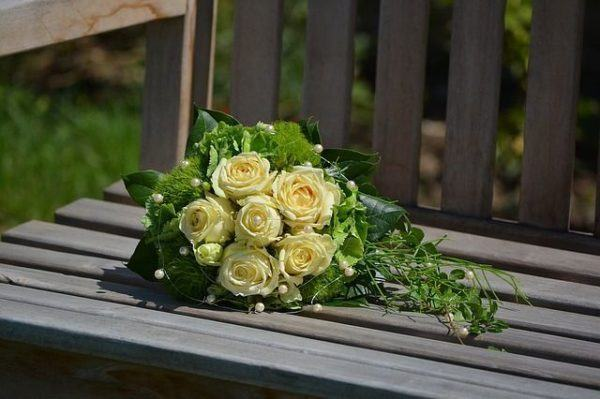 como-hacer-un-ramo-de-novia-flores-sobre-silla