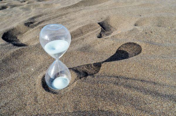 como-hacer-un-reloj-de-arena-reloj-de-arena-transparente-en-la-playa
