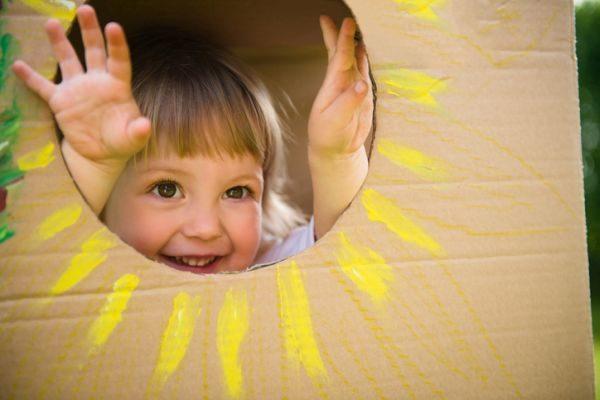 como-hacer-una-casa-de-carton-nino-sonrisa-sol-istock